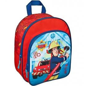 Na przedniej mniejszej kieszeni plecak posiada nadruk strażaka Sama wykonującego pracę- trzyma wąż strażacki, a z tyłu widać wóz strażacki.Plecak w kolorze czerwonym, z granatowymi elementami